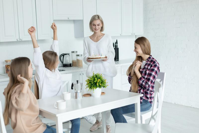 Jeune famille lesbienne heureuse c?l?brant l'anniversaire de leur fille dans la cuisine ? la maison photos stock