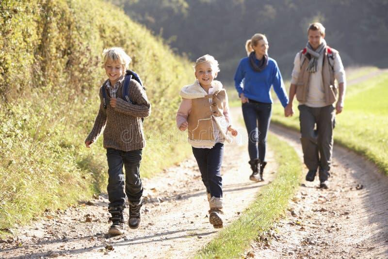 Jeune famille marchant en stationnement photos stock