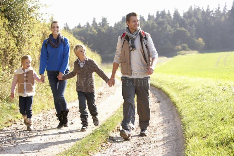 Jeune famille marchant en stationnement photos libres de droits