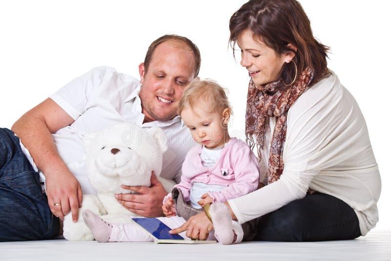 Jeune famille mignonne photographie stock libre de droits