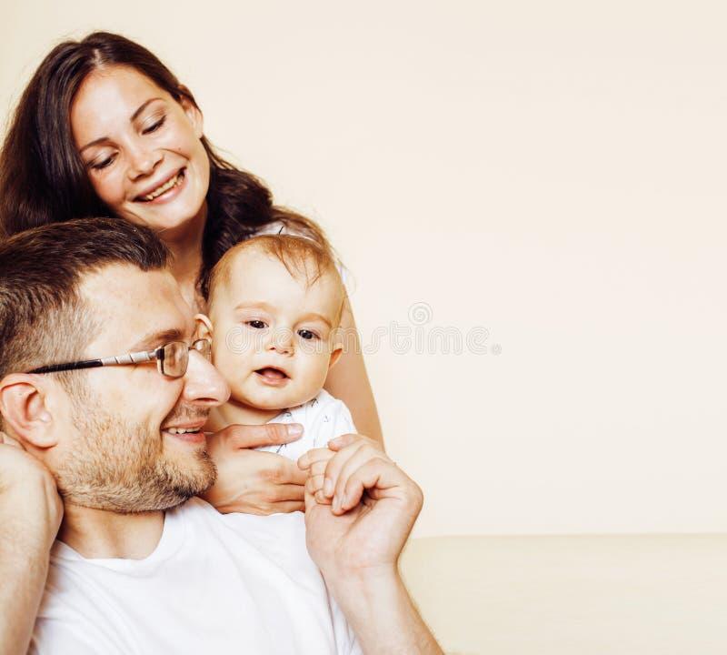 Jeune famille moderne heureuse mignonne, fils de père de mère d'isolement sur le wh image libre de droits
