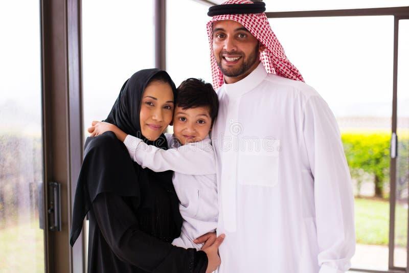 Jeune famille musulmane photographie stock