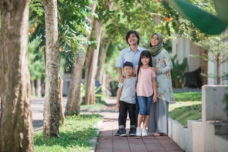 Jeune famille musulmane asiatique photo libre de droits