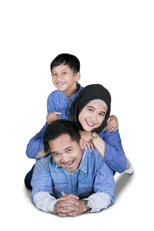 Jeune famille musulmane se trouvant sur le plancher photo libre de droits
