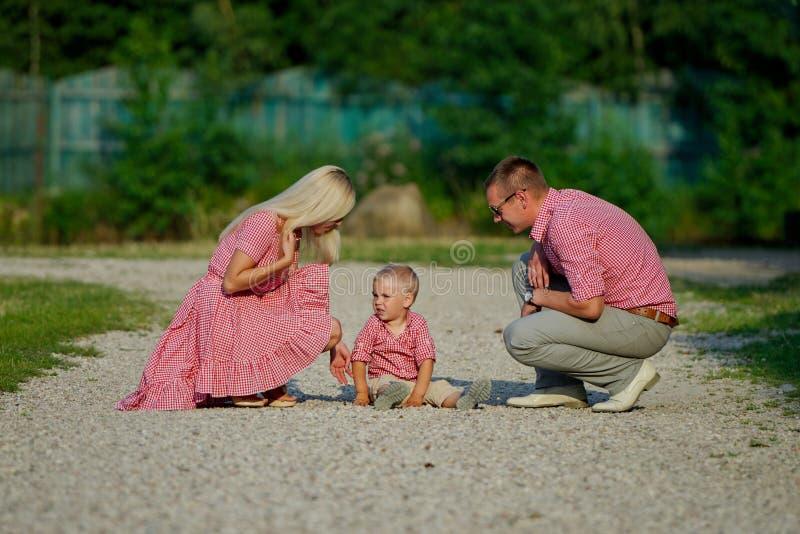 Jeune famille parenting le fils vilain images stock