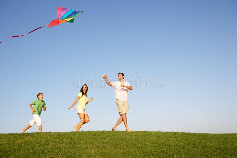 Jeune famille, parents avec l'enfant images stock