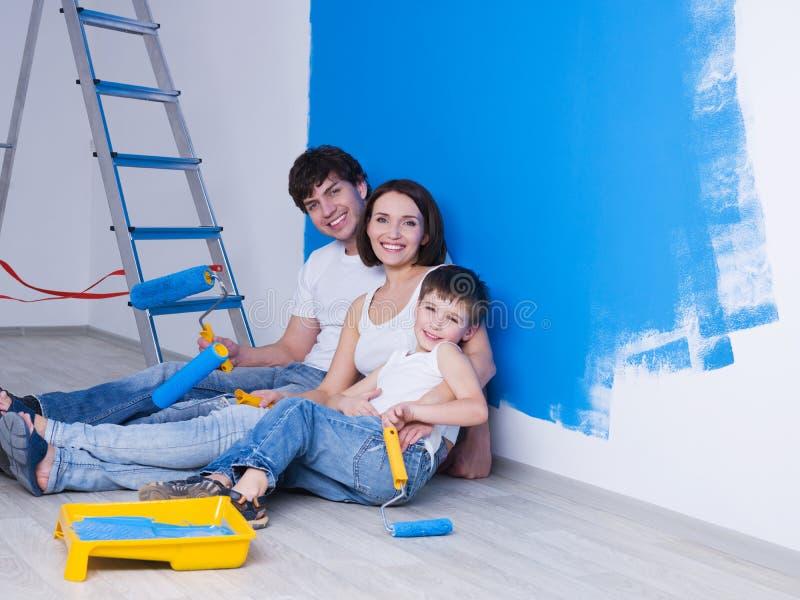 Jeune famille près du mur peint images libres de droits