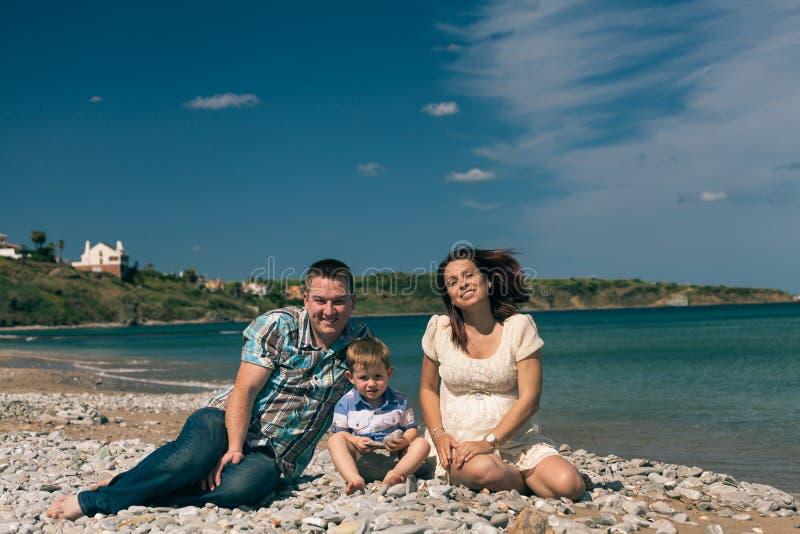 Jeune famille sur la côte photo libre de droits
