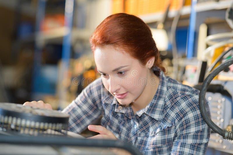 Jeune femelle adulte travaillant aux composants de circuit se réunissants images libres de droits