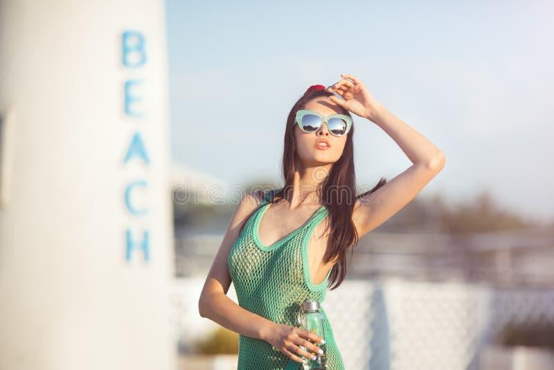 Jeune femelle asiatique appréciant le jour ensoleillé sur la plage tropicale photo stock
