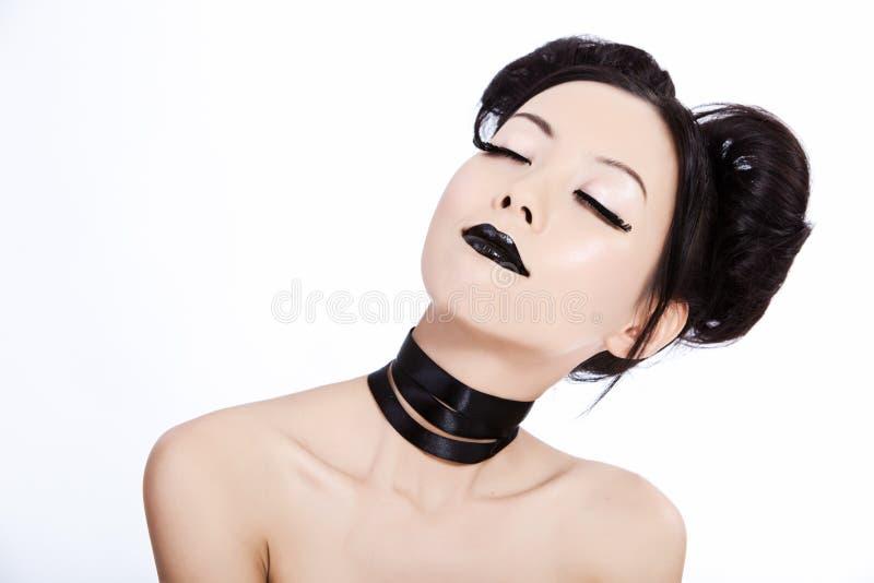 Jeune femelle asiatique avec le renivellement noir image libre de droits