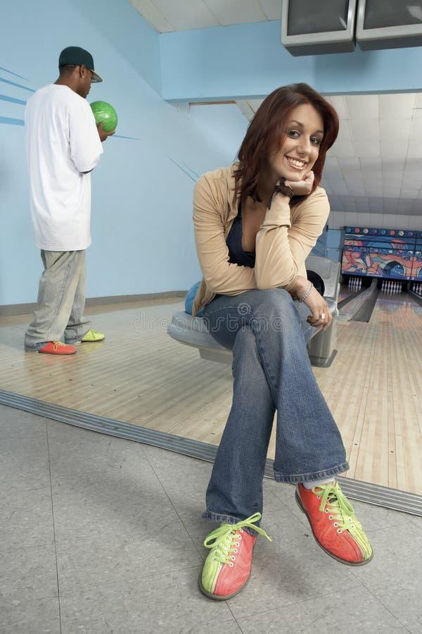 Jeune femelle au bowling photo stock
