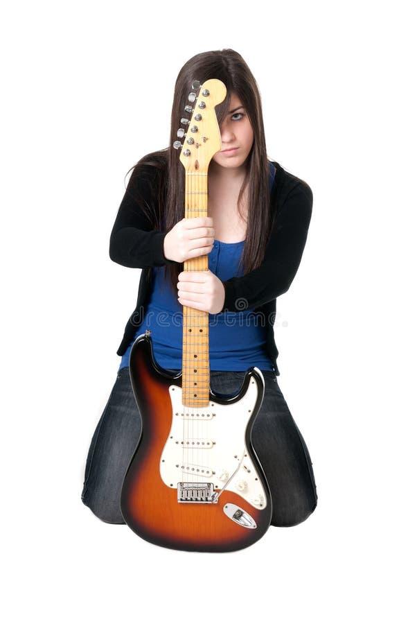 Jeune femelle avec la guitare électrique d'isolement images libres de droits