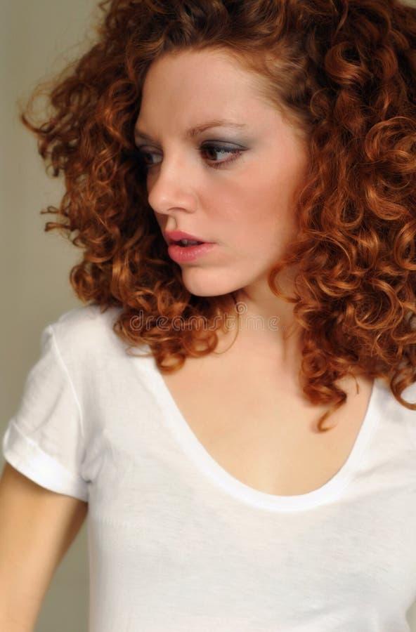 Jeune femelle avec le cheveu bouclé et le renivellement image libre de droits