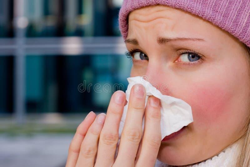 Jeune femelle ayant un rhume photo libre de droits