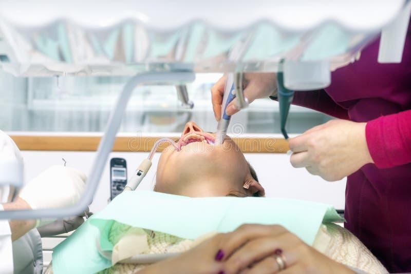 Jeune femelle dans une clinique dentaire photos libres de droits