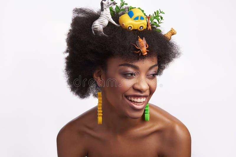Jeune femelle ethnique riante dans la coiffure de safari images libres de droits
