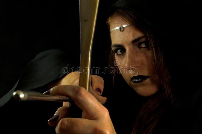 Jeune femelle habillée en tant qu'elfe avec un arc images libres de droits