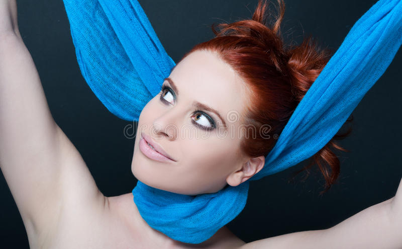 Jeune femelle heureuse avec l'écharpe sur son cou photographie stock