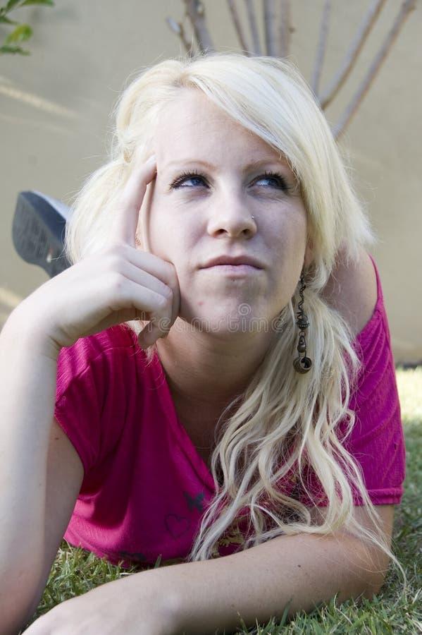 Jeune femelle pensant dur images stock