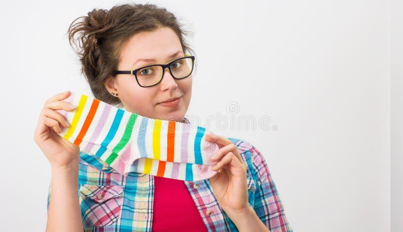 Jeune femelle tenant deux chaussettes colorées photo libre de droits