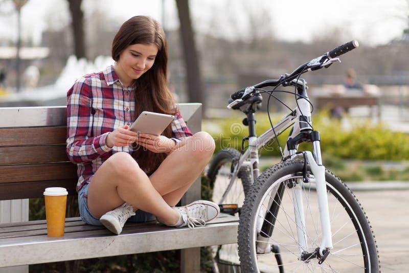 Jeune femme à l'aide d'un PC de tablette photographie stock