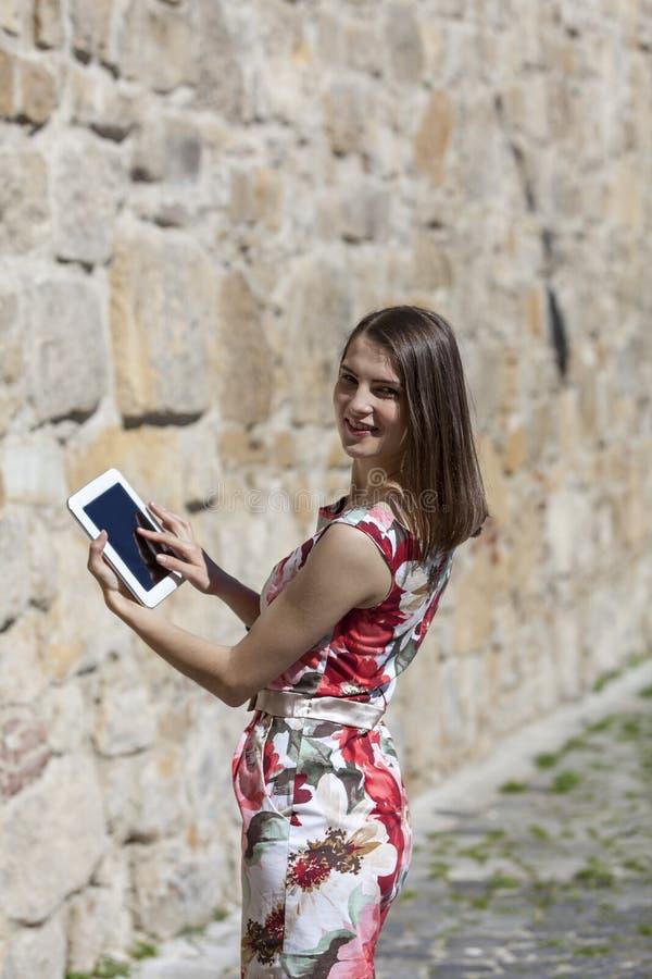 Jeune femme à l'aide d'une tablette image libre de droits