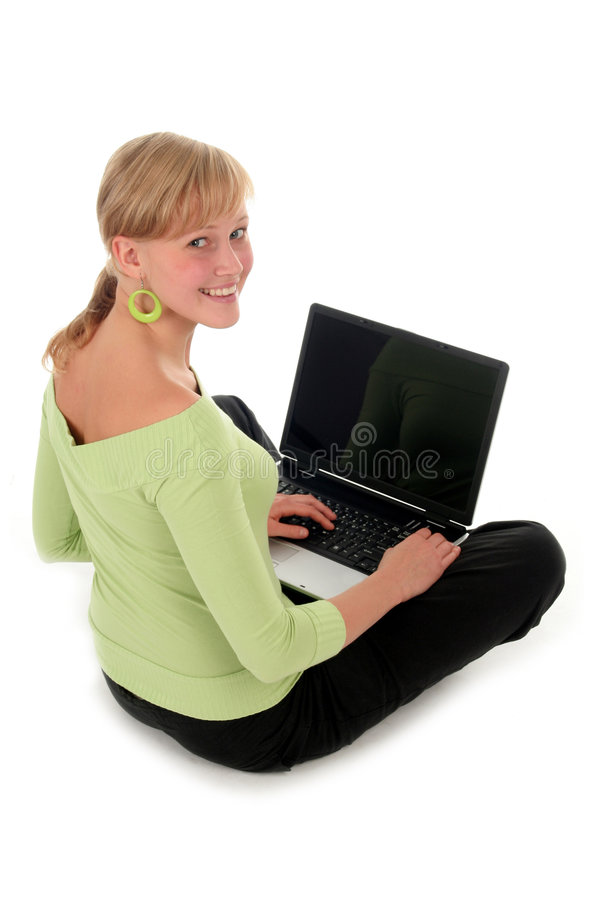 Jeune femme à l'aide de l'ordinateur portatif photo stock