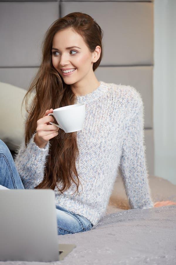 Jeune femme à l'aide de l'ordinateur portatif photos libres de droits