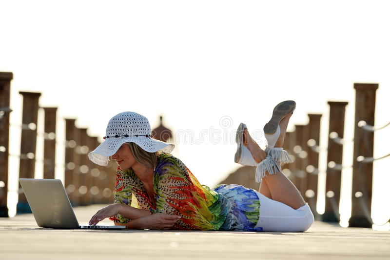 Download Jeune Femme à L'aide De L'ordinateur Portatif Extérieur Photo stock - Image du amical, attrayant: 56481904