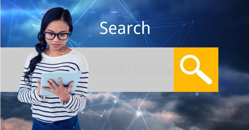 Jeune femme à l'aide de la tablette avec l'écran à l'arrière-plan photo stock