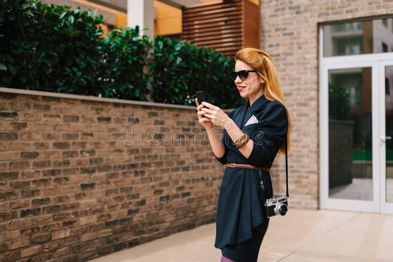 Jeune femme à l'aide de son smartphone photographie stock