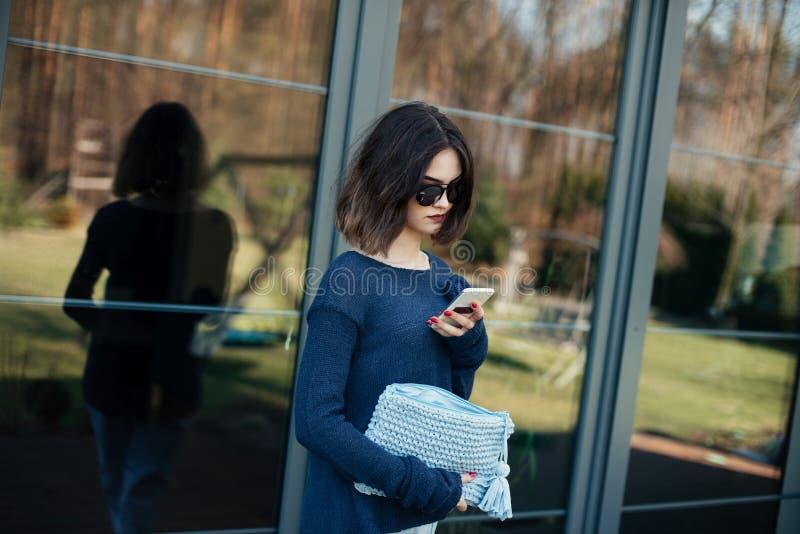 Jeune femme à l'aide de son smartphone sur la terrasse images libres de droits