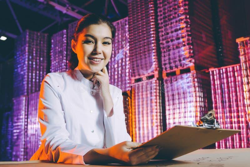 Jeune femme à l'entrepôt images libres de droits