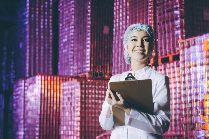 Jeune femme à l'entrepôt photos libres de droits