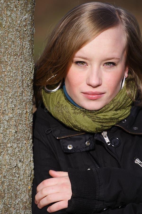 Jeune femme à l'extérieur image stock