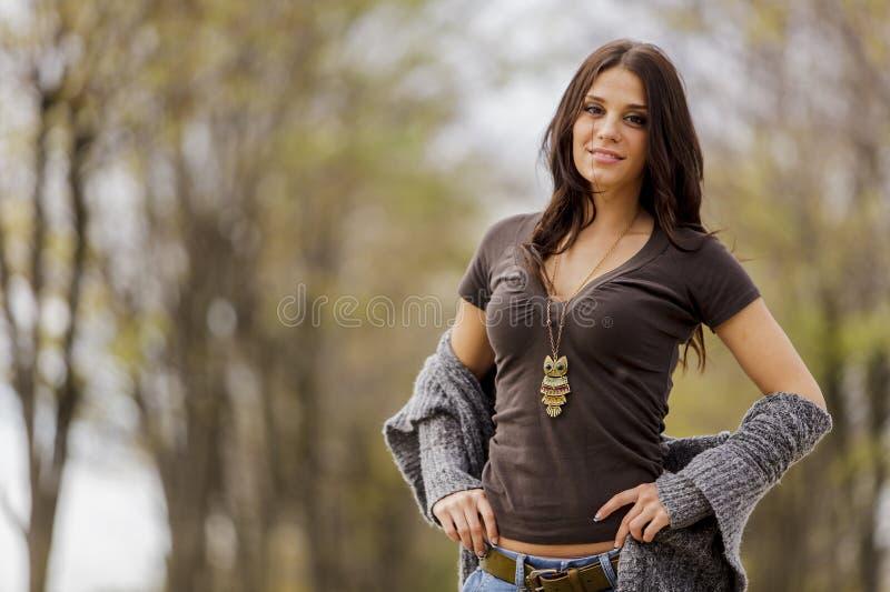 Jeune femme à la forêt d'automne photo libre de droits