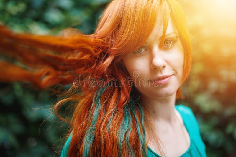 Jeune femme à la mode avec la tête rouge lumineuse colorée images stock
