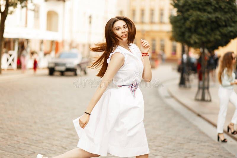 Jeune femme à la mode dans une belle robe blanche élégante photographie stock libre de droits