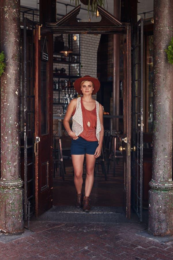 Jeune femme à la mode laissant le café image libre de droits