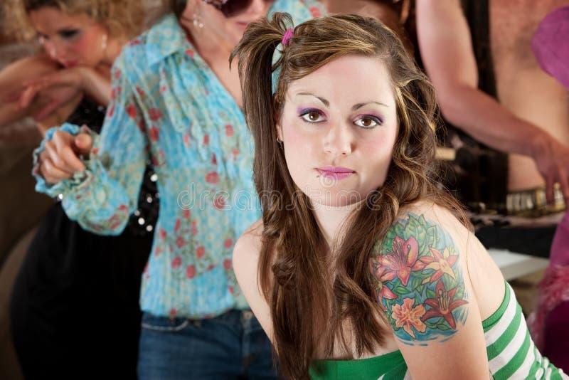 Jeune femme à la réception de musique de disco des années 70 image libre de droits
