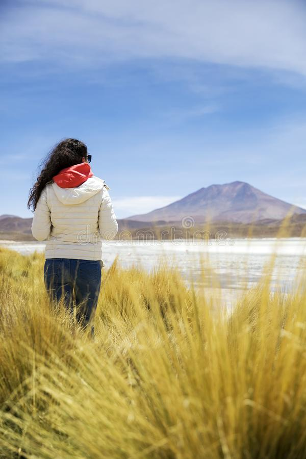 Jeune femme à Laguna Hedionda en Bolivie photos stock