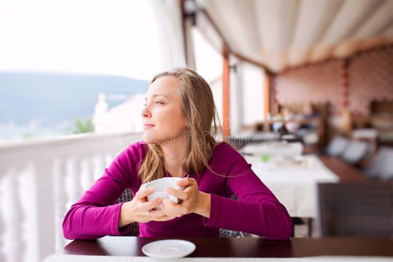 Jeune femme à un café image libre de droits