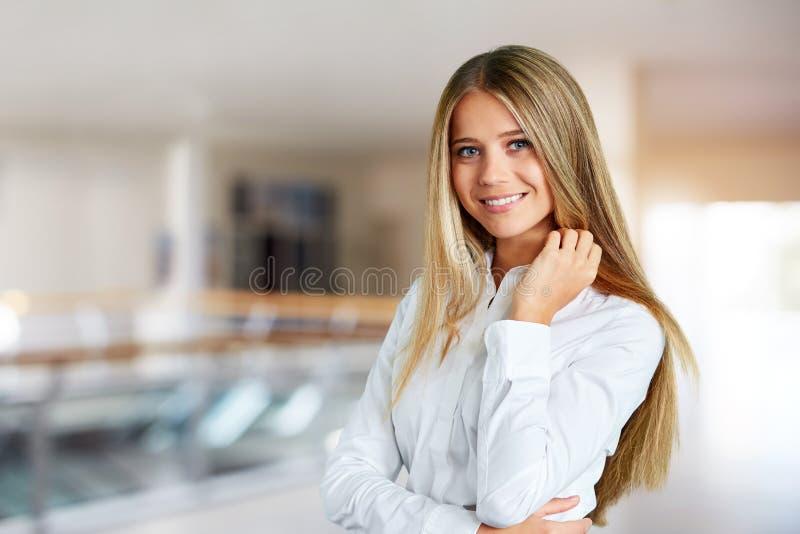Jeune femme ? un centre d'affaires photos stock