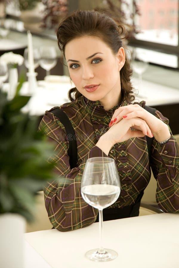 Jeune femme à une table photo libre de droits
