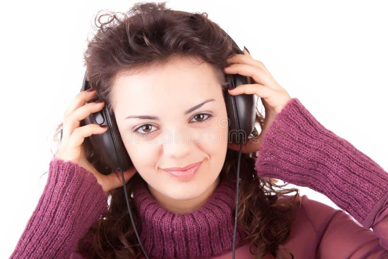 Jeune femme écoutant la musique photographie stock libre de droits