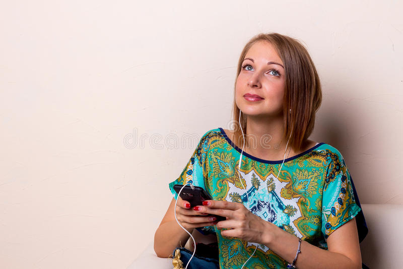 Jeune femme écoutant la musique images libres de droits