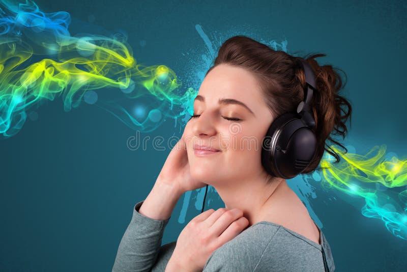 Download Jeune Femme écoutant La Musique Avec Des écouteurs Image stock - Image du sensation, dame: 45365647