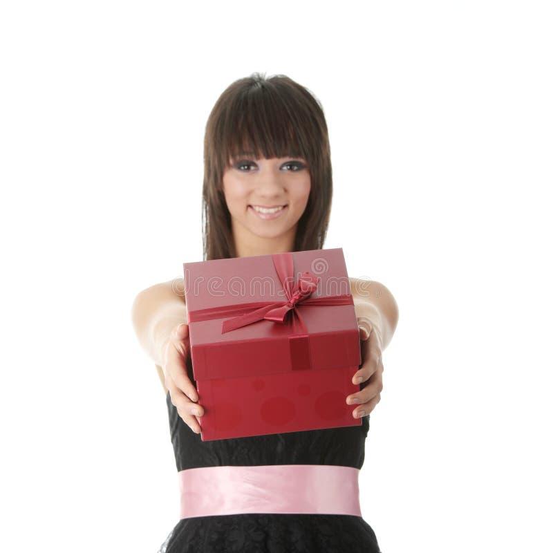 Jeune femme élégant dans la robe noire avec le cadeau photo libre de droits