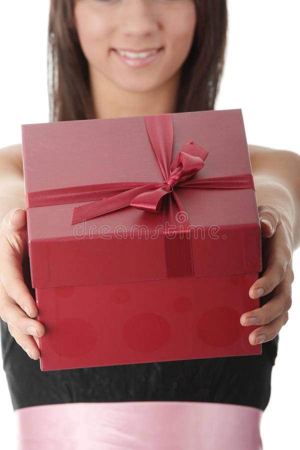 Jeune femme élégant dans la robe noire avec le cadeau photos stock